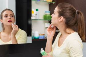 best face moisturizer for dry sensitive skin picture of girl trying moisturizer